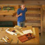 Vader maakt bureautje af en gymleraar draait